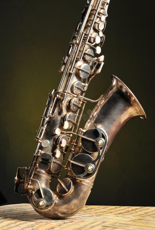 Altes Saxophon und Anmerkungen lizenzfreies stockbild