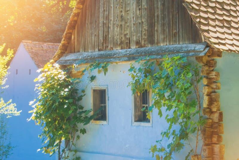 Altes schönes traditionelles rumänisches ukrainisches Bauernhofdorfhaus w stockfotos