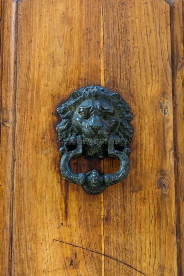 Altes Scharnierventil auf hölzerner alter Tür stockfotografie