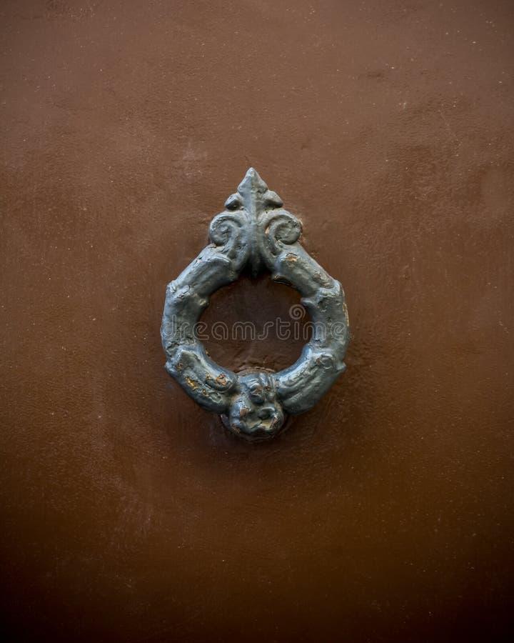Altes Scharnierventil auf hölzerner alter Tür stockfotos