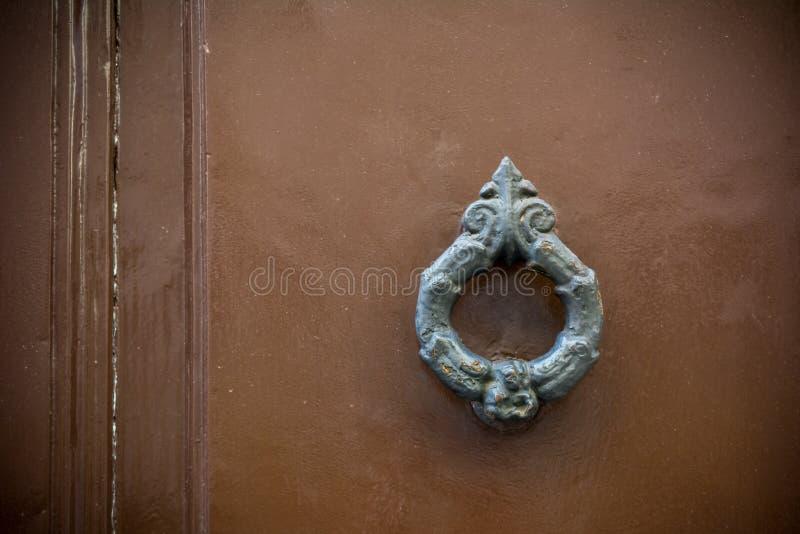 Altes Scharnierventil auf hölzerner alter Tür lizenzfreie stockfotografie