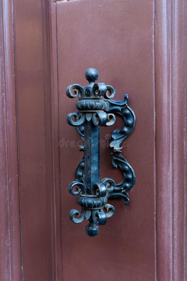 Altes Scharnierventil auf hölzerner alter Tür lizenzfreies stockfoto