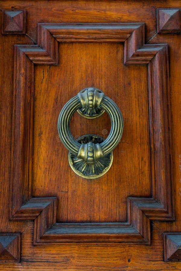 Altes Scharnierventil auf hölzerner alter Tür lizenzfreies stockbild