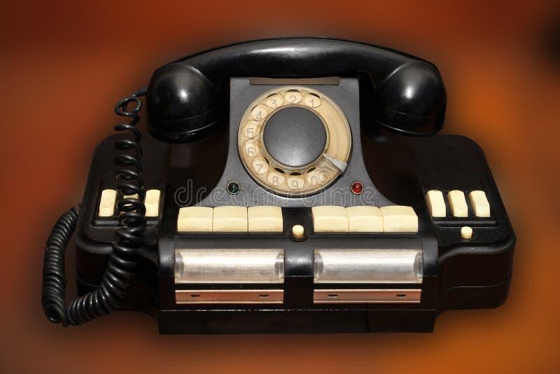 Altes Scheibentelefon auf unscharfem braunem Hintergrund lizenzfreie stockbilder