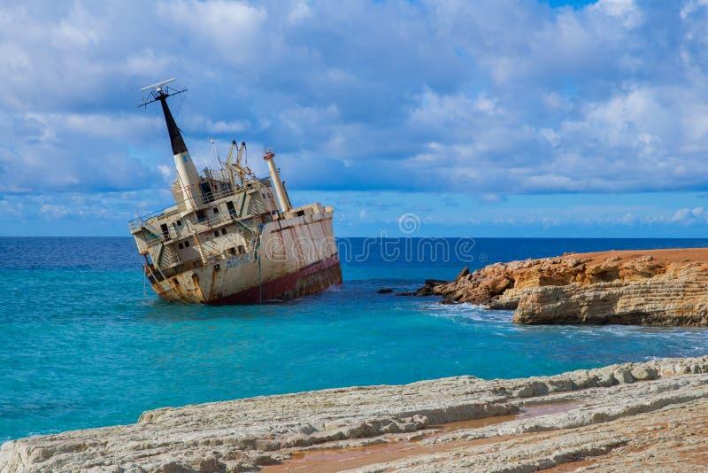 Altes Schiffswrack und Strand des blauen Wassers Reisefoto 2018, Dezember stockfotografie
