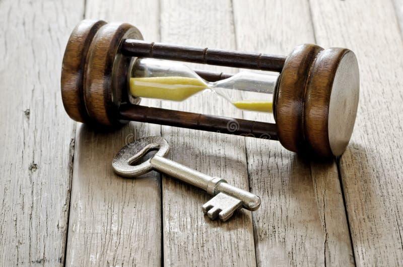Altes Schlüssel- und Sandstundenglas lizenzfreie stockbilder