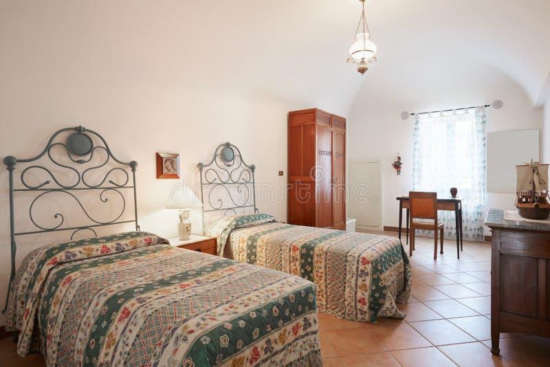 Altes Schlafzimmer Mit Zwei Betten Im Alten Haus Stockfoto - Bild ...