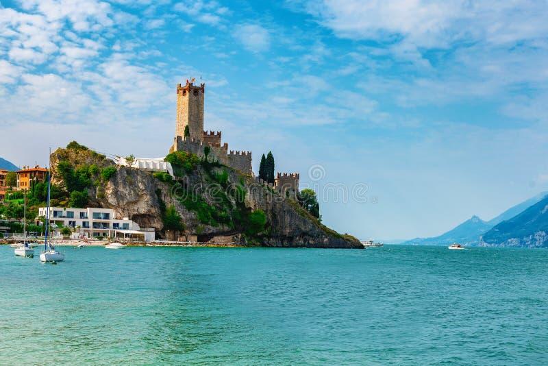 Altes Schloss auf dem Felsen See Garda Malcesene stockbilder