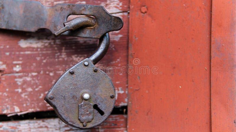 Altes Schloss auf dem Hintergrund der roten Tür lizenzfreie stockfotografie