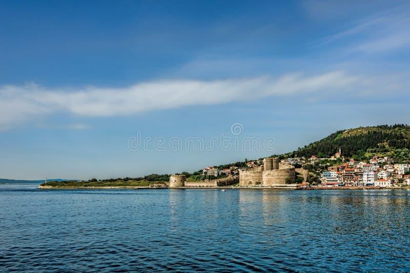 Altes Schloss auf der Küste unter klaren blauen Himmeln mit scatt stockfotos