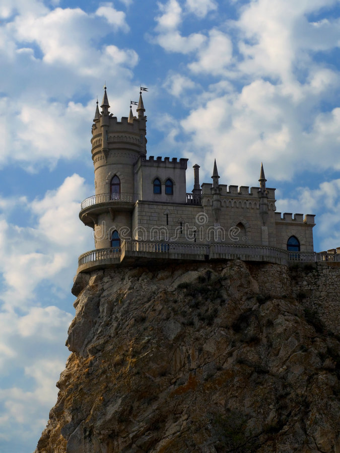 Altes Schloss auf Klippe stockfotografie