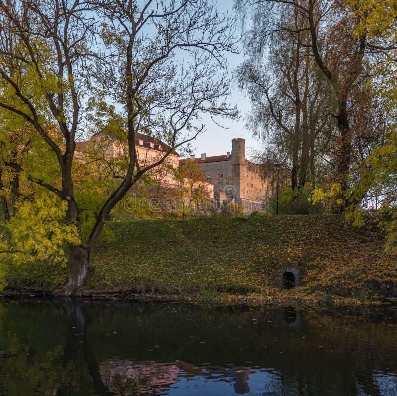 Altes Schloss im Herbst lizenzfreie stockbilder