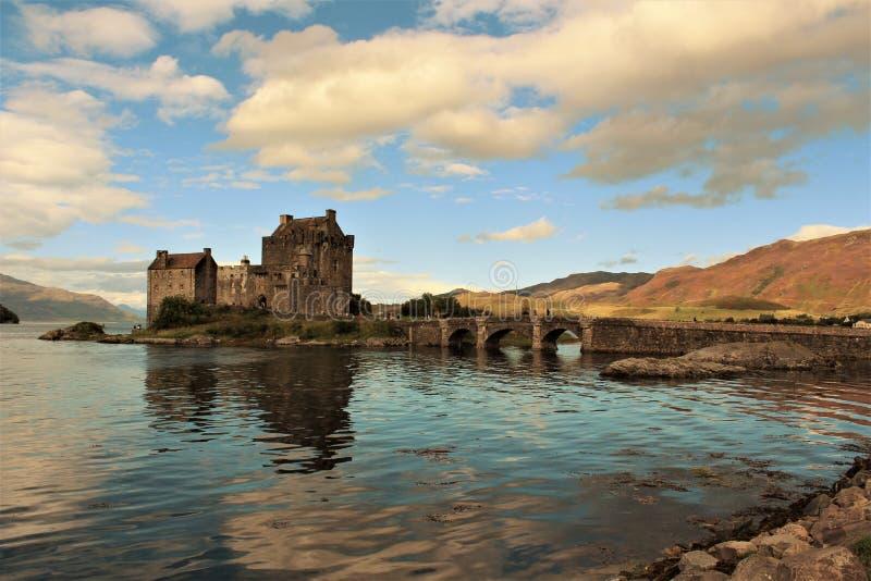 Altes Schloss in Schottland in einem See lizenzfreies stockfoto