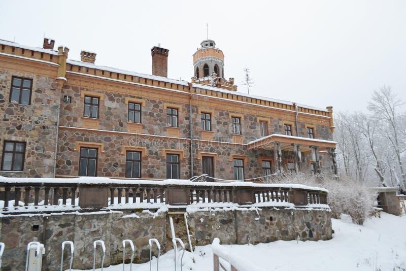 Altes Schloss in Sigulda, Lettland stockbild