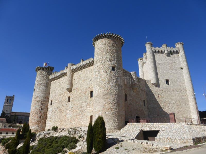 ALTES SCHLOSS IN TORIJA, SPANIEN stockfotos