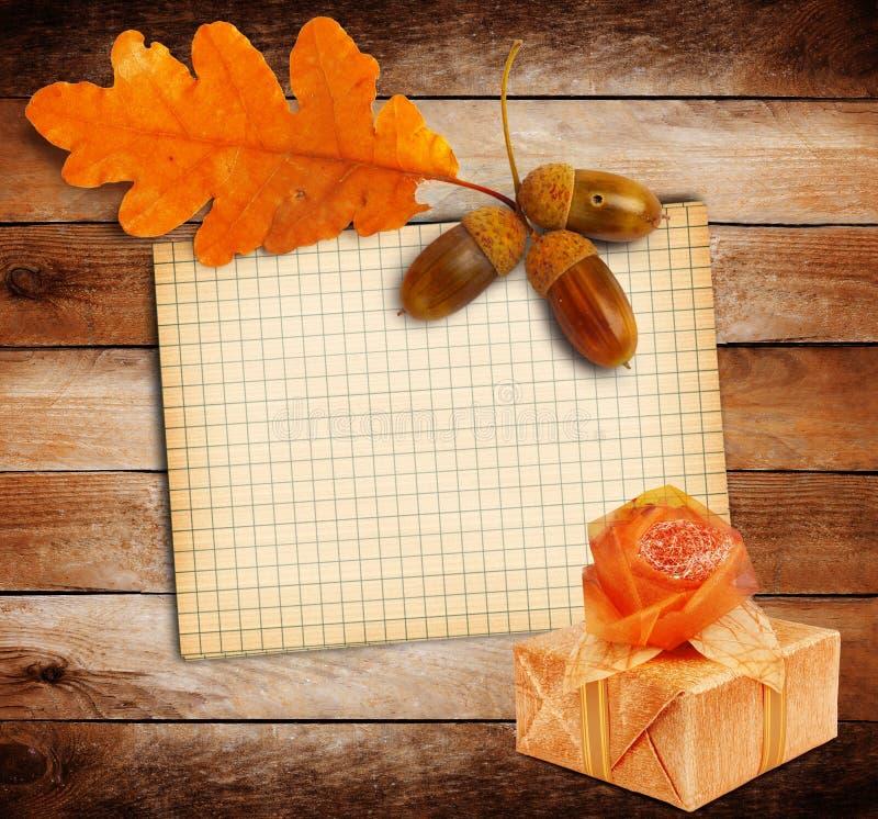 Altes Schmutzpapier mit Herbsteiche verlässt und Geschenkbox stockbild