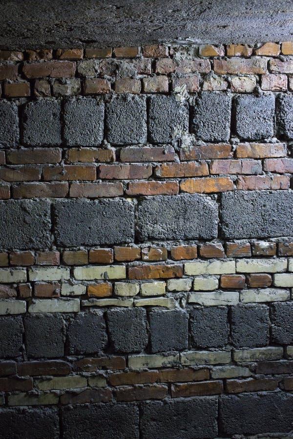 Altes Schmutzrot und whyte Ziegelstein- und Betonblockwandhintergrund lizenzfreie stockfotos