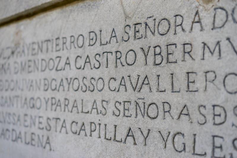 altes Schreiben auf lateinisches und altes Spanischen schnitzte auf dem Stein lizenzfreies stockfoto