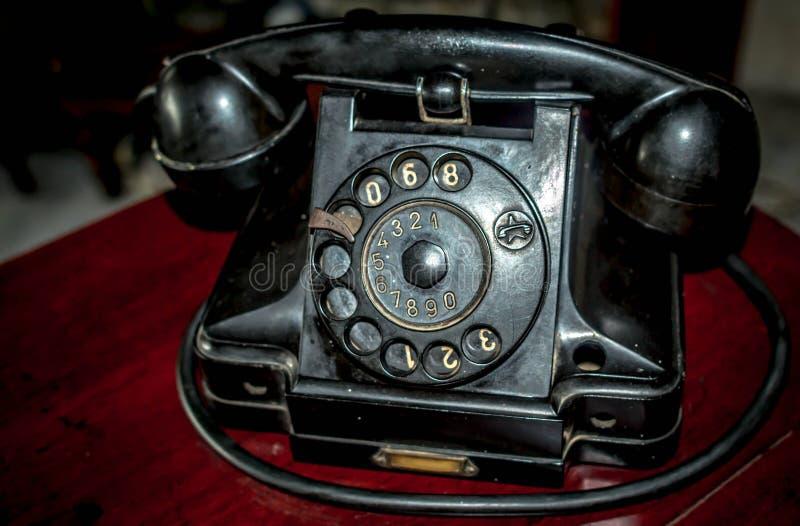 Altes schwarzes Telefon lizenzfreies stockbild