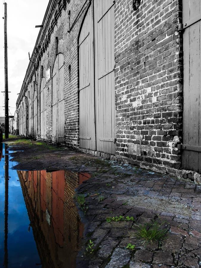 Altes schwarzes weißes Gebäude reflektiert in der Farbe lizenzfreie stockbilder
