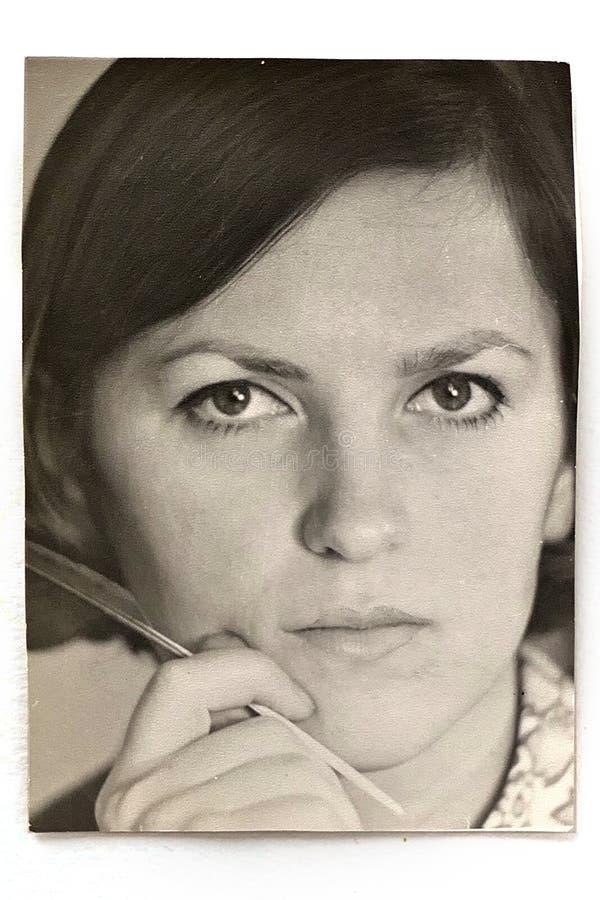 Altes Schwarzweiss-Foto der jungen Frau stockbild