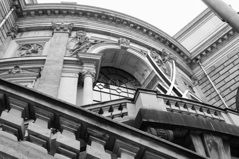 Altes Schwarzweiss-Gebäude lizenzfreie stockfotos