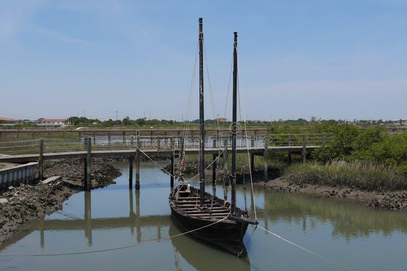Altes Segel-Boot angekoppelt auf dem Fluss stockfotografie