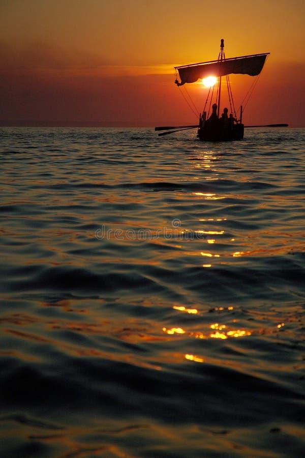 Altes Segelboot am Sonnenuntergang stockbild