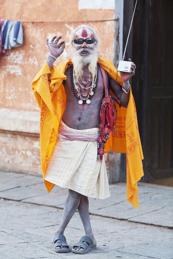 Altes shaiva sadhu seking Almosen in Pashupatinath stockfotos