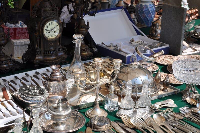Altes silbernes Tischbesteck und Teller an der Flohmarkt lizenzfreies stockfoto