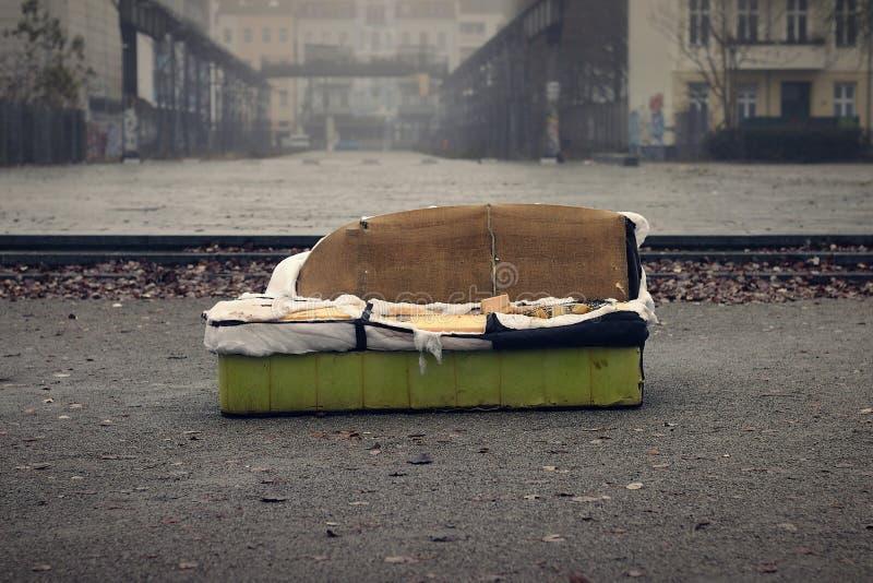 Altes Sofa in einer schmutzigen Stadt stockbilder