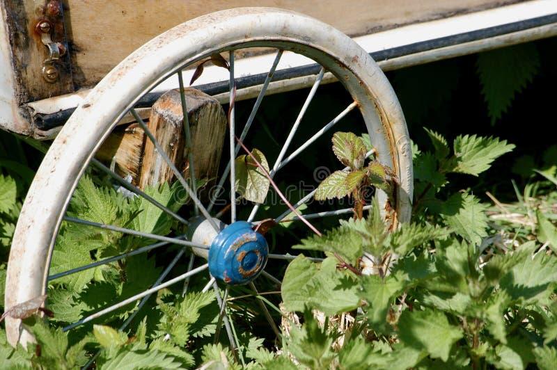 Altes Speichenrad stockbilder