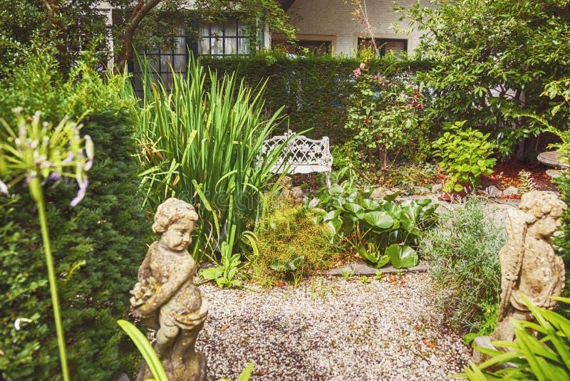 Altes Stadtyard, niederländischer Hausgarten lizenzfreies stockbild