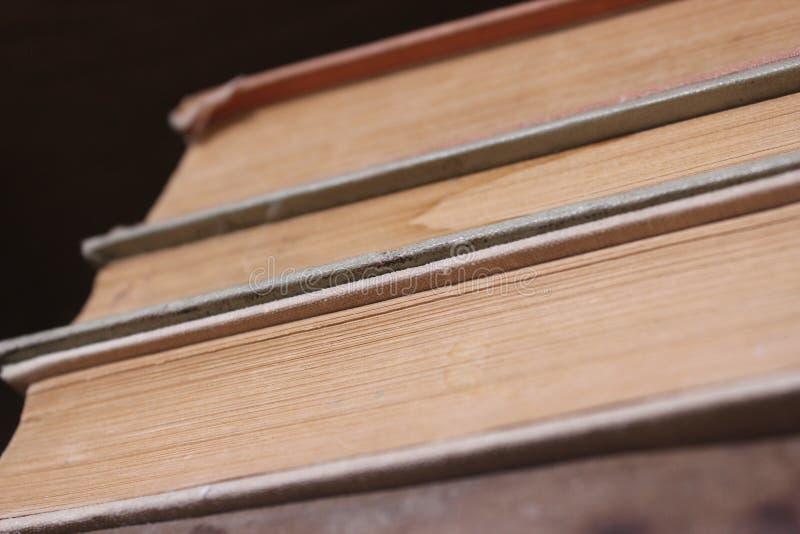 Altes starkes Buchstapelpapier in der Bibliothek lizenzfreies stockbild