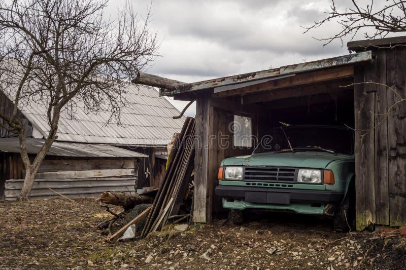 Altes stationäres Fahrzeug parkte in einem hölzernen Schutz stockfotos