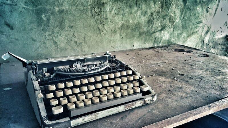 Altes staubiges Schreibmaschinenfoto der Retro- Weinlese stockbild
