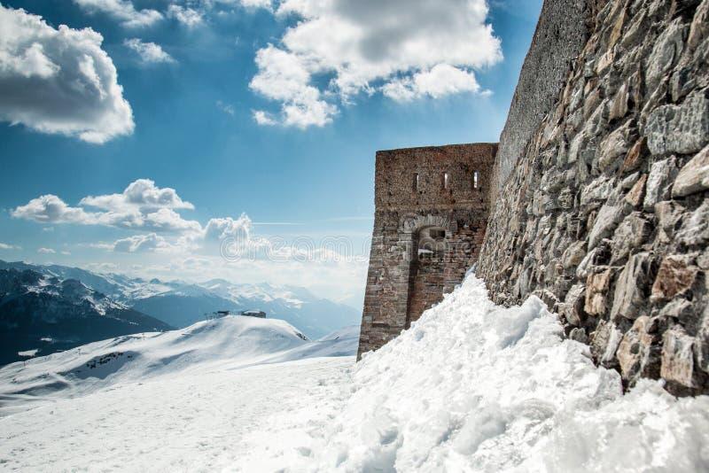 Altes Steinwand-Festungsschloss auf einen Schneeberg stockfotografie