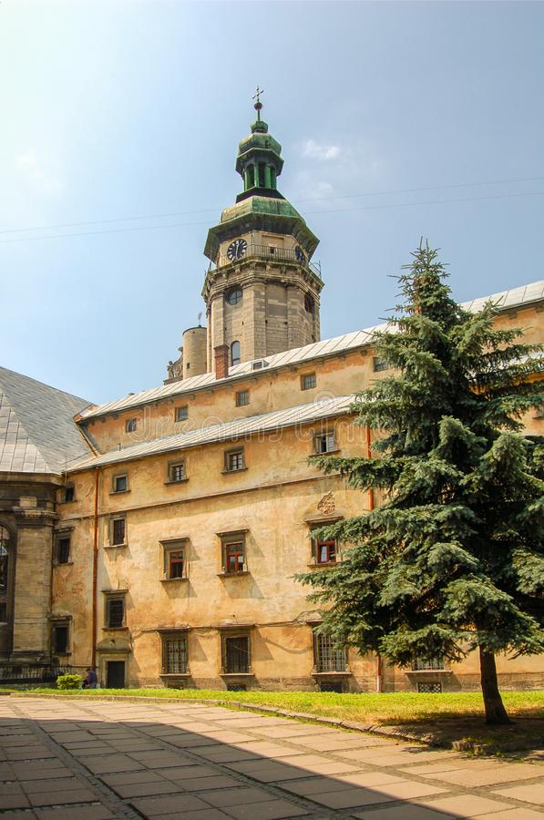 Altes Teil von Lemberg, Ukraine Der alte Palast und die Basilika im Sommer lizenzfreies stockfoto