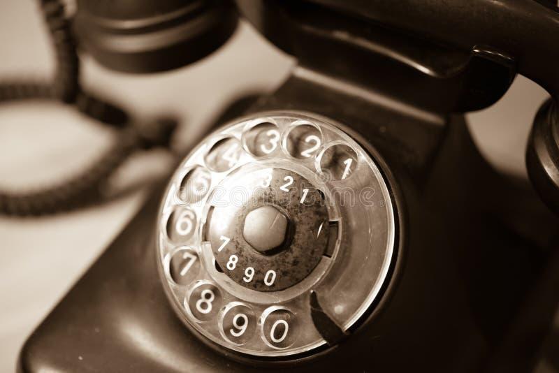 Altes Telefon auf Holztisch stockbild