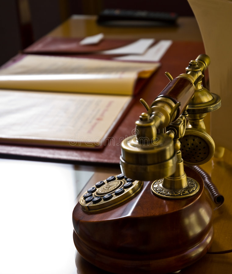 Altes Telefon auf Schreibtisch lizenzfreie stockfotos