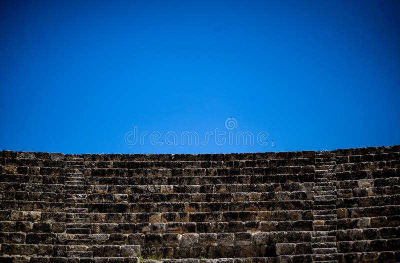 Altes Theater, leeren sich mit blauem Himmel stockfoto