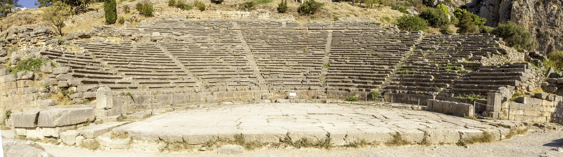 Altes Theaterpanorama in Delphi, Griechenland lizenzfreie stockbilder