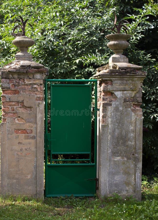 Altes Tor zum Garten lizenzfreies stockfoto
