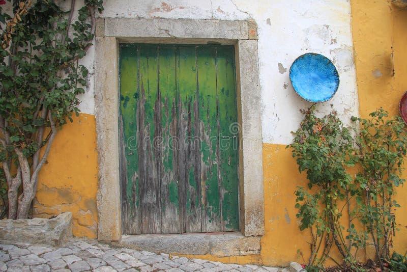 Altes traditionelles Haus mit hölzerner grüner farbiger Tür lizenzfreies stockfoto