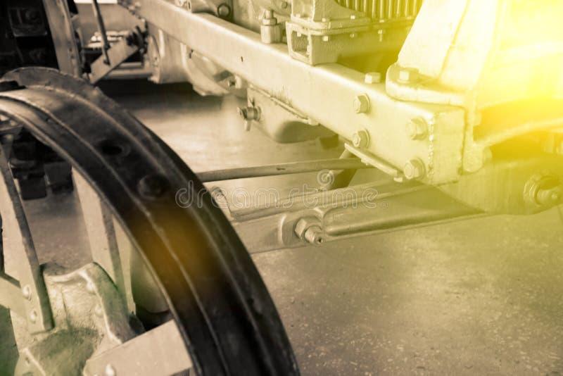 Altes Traktormetallrad, antike landwirtschaftliche Maschinen im Sepia stockfotos