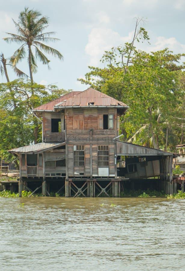 Altes Ufergegendhaus, in dem niemand lebt stockfoto