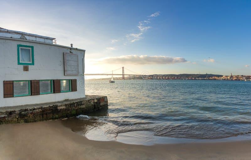 Altes Ufergegendrestaurant an sumer Tag in Lissabon lizenzfreies stockfoto