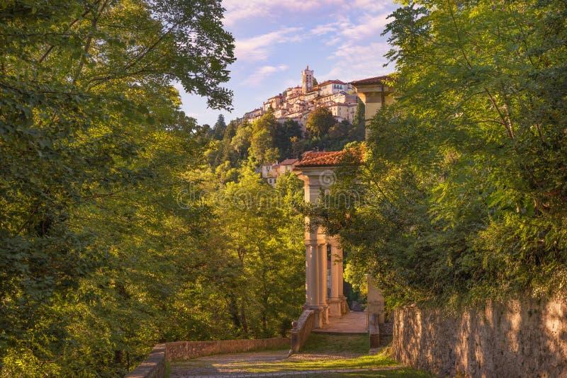 Altes und berühmtes italienisches mittelalterliches Dorf Sacro Monte von Varese lizenzfreies stockbild