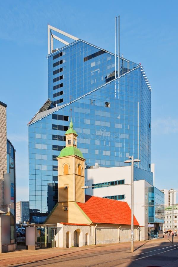 Altes und neues Gebäude in Tallinn, Estland lizenzfreie stockfotografie