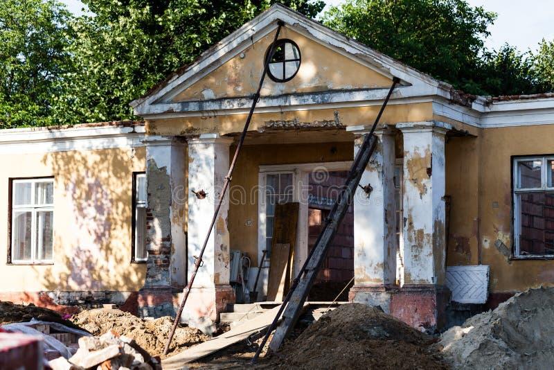 Altes und ruiniertes Haus am Tageslicht Verlassenes altes Haus mit zerstörten Wänden lizenzfreies stockbild